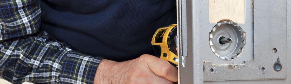 slotenmaker plaatst slot
